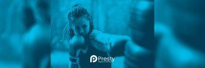 mujer joven boxeando